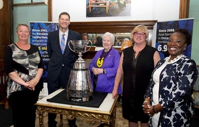 Left to right: Lisa McMillan, Daily Bread Food Bank volunteer; Chris Schultz, TSN CFL Football Sportscaster and Purolator Tackle Hunger spokesperson; Her Honour the Honourable Elizabeth Dowdeswell, Lieutenant Governor of Ontario; Gail Nyberg, Executive Director, Daily Bread Food Bank and Karen White-Boswell, Director of Corporate Communications, Purolator, pose with the Grey Cup at a reception to celebrate the contributions made by organizations to help raise food, funds and awareness to alleviate hunger in Ontario. (CNW Group/Purolator Inc.)