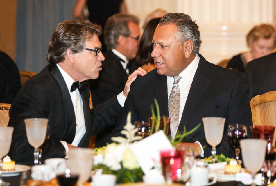 In an enjoyable chat, Juan González Moreno, President and Chief Executive Officer of Gruma, and the Secretary of Energy of the United States and former Governor of Texas, Rick Perry, both winners of the 2017 Good Neighbor Award, handed out by the United States Chamber of Commerce.
