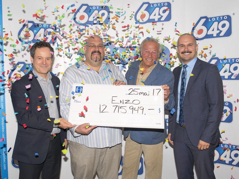 From left to right: Richard Trudel, Director of Customer Service and Draws, the winner, Enzo Di Gneo, Yves Corbeil and Patrice Lavoie, Director of Public Affairs, Press Relations and Social Media. (CNW Group/Loto-Québec)