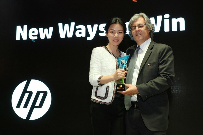 Easy Print Founder and CEO May Cheung and HP Indigo Digital Printing Vice President and General Manager Alon Bar-Shany