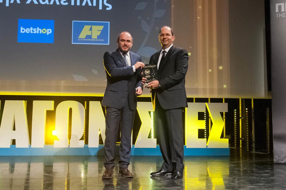Mr Gabriel Chaleplis receives the Award from Mr. Elias Xanthakos Secretary General of The Greek Ministry of the Economy and Development (PRNewsfoto/B2B GAMING SERVICES)