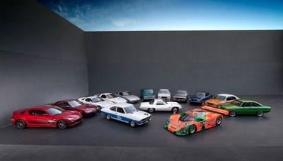 De gauche à droite : Mazda RX-8, Eunos Cosmo, Mazda RX-7 FD, Mazda RX-7 FC, Mazda RX-7 FB, Mazda Rotary Pickup, Mazda RX-5 Cosmo, Mazda RX-4, Mazda RX-3, Mazda RX-2 et Mazda R100. Au centre : Voiture de course Mazda RX-2 1973, Mazda Cosmo Sport 110S 1967 et Mazda 767B 1989. (Groupe CNW/Mazda Canada Inc.)