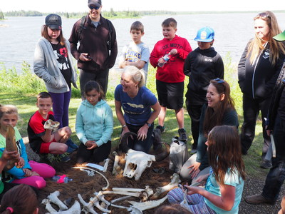 Minister McKenna and children from the Lamont Elementary School taking part in a Build-a-Bison activity. (CNW Group/Parks Canada)