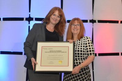 Carol Panasiuk, ARP, FSCRP (à droite) reçoit le Prix de réalisations exceptionnelles de la présidente de la SCRP, Kim Blanchette ARP, FSCRP lors de la conférence nationale 2017 de la SCRP, Illuminate, à Kelowna, C.B., le 28 mai. (Groupe CNW/Société canadienne des relations publiques)