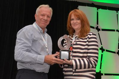 Darby Allen reçoit le Prix du président pour l'excellence en gestion des relations publiques et des communications 2017 de la SCRP de la présidente sortante du conseil d'administration de la SCRP, Kim Blanchette, ARP, FSCRP. (Groupe CNW/Société canadienne des relations publiques)