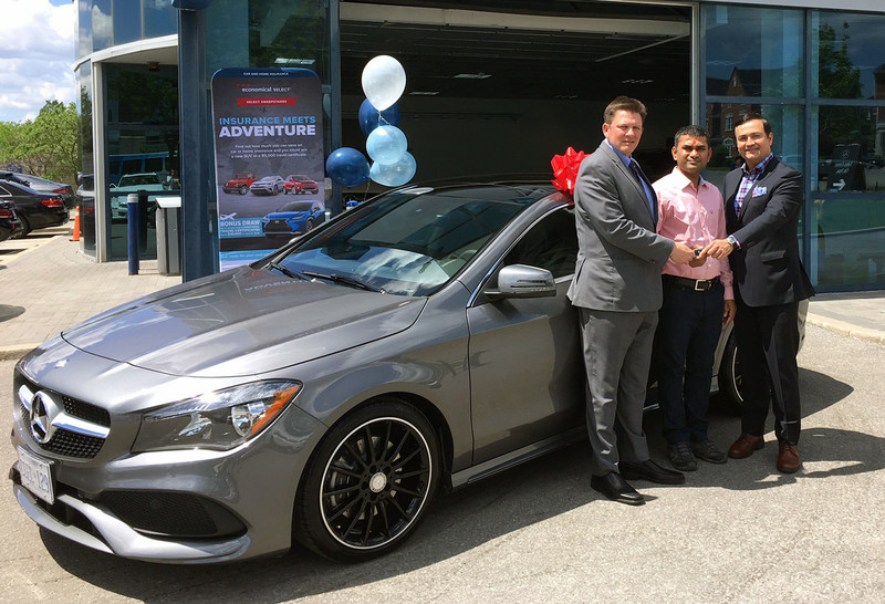 Chirag Patel (centre) of North York receives the keys to a 2017 Mercedes Benz CLA as a winner in the Select Sweepstakes. Presenting the car keys are Patel's insurance broker, Paul Rai (right) of Rai Grant Insurance Brokers and Jeff Patterson of Economical Select. (CNW Group/Economical Insurance)
