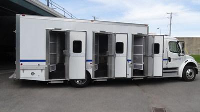 Les fourgons comportent six compartiments fermés dotés de sorties indépendantes, ce qui permet d'éviter les contacts entre les personnes incarcérées (Groupe CNW/Ministère de la Sécurité publique)