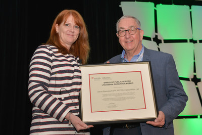 David Eisenstadt, APR, FCPRS accepting the 2017 CPRS Shield of Public Service from outgoing President Kim Blanchette, APR, FCPRS. (CNW Group/Canadian Public Relations Society)