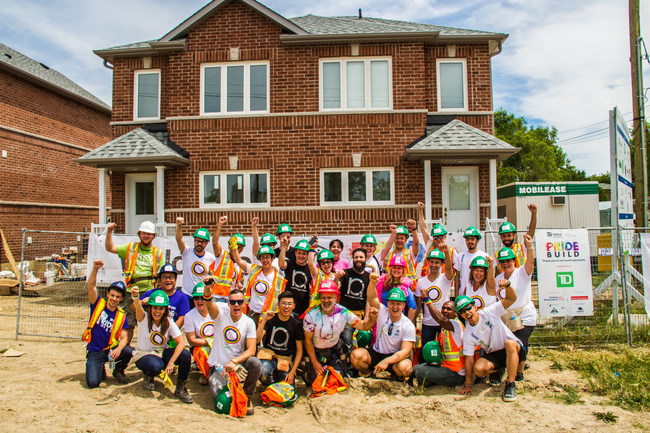 Team photo of participating volunteers at Pride Build 2016. (CNW Group/Habitat for Humanity GTA)