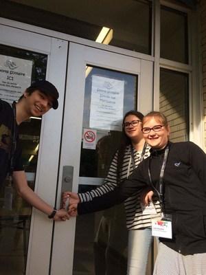 De gauche à droite : Justin Briand, Elizabeth Sebastiao-Cordeau et Leïla Brochier se préparent à entrer dans les coulisses de l'élection! (Groupe CNW/Directeur général des élections)