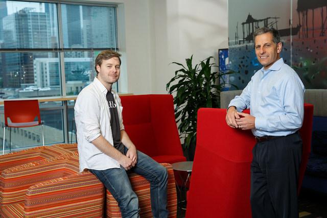 Cofundador da Publons, Andrew Preston (sentado) e o CEO da Clarivate Analytics, Jay Nadler, em uma conversa informal na sede da Clarivate na Filadélfia.