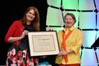 Mary Barker, ARP, FSCRP(H) LM (à droite) avec Kim Blanchette, ARP, FSCRP (à gauche). (Groupe CNW/Société canadienne des relations publiques)