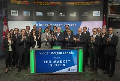 Kinder Morgan Canada ouvre les marchés - Ian Anderson, président de Kinder Morgan Canada Limited (KML), s'est joint à Nick Thadaney, président et chef de la direction des Marchés boursiers mondiaux du Groupe TMX, pour ouvrir les marchés. KML exploite des réseaux intégrés de pipelines et de terminaux au Canada, ou détient une participation dans de tels réseaux. Les actifs de la société comprennent le pipeline Trans Mountain, la partie canadienne du pipeline Cochin, les pipelines Puget Sound et Trans Mountain Jet Fuel, le terminal maritime Westridge et le terminal des quais de Vancouver, en Colombie-Britannique, ainsi que différentes installations de chargement de pétrole brut à Edmonton, en Alberta. Les titres de Kinder Morgan Canada Limited sont négociés à la Bourse de Toronto depuis le 30 mai 2017. (Groupe CNW/Groupe TMX Limitée)