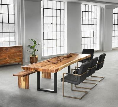 L'élégance du « freeform » mise en valeur. Inspirés de la nature, une table et un banc Artemano en suar sont agencés à des chaises Isha. (Groupe CNW/Artemano)