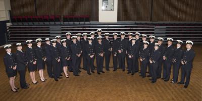 Les finissants de la classe de 2017 du Collège de la Garde côtière canadienne à Sydney en Nouvelle-Écosse sont accueillis le 3 juin dans les rangs des officiers de navire de la Garde côtière canadienne (Groupe CNW/Pêches et Océans Canada, Maritime Regions)