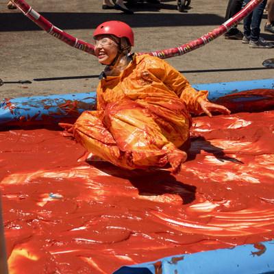 Samedi, le 3 juin, Brett Lawrie, ancien joueur pour les Blue Jays de Toronto, aide des canadiens à établir un record mondial sur une #GlissadeDeKetchup de 15.24 mètres en l'honneur de la Journée nationale du ketchup et de l'arrivée des nouvelles croustilles Pringles Saveur de ketchup (Groupe CNW/Kellogg Canada Inc.)