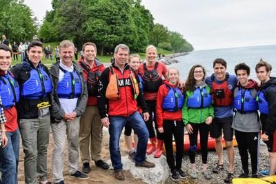 Justin Trudeau, premier ministre du Canada; Catherine McKenna, ministre de l'Environnement et du Changement climatique; Erik Solheim, directeur exécutif du Programme des Nations Unies pour l'environnement; et d'autres participants sur la rive du lac Ontario. (Groupe CNW/Environnement et Changement climatique Canada)