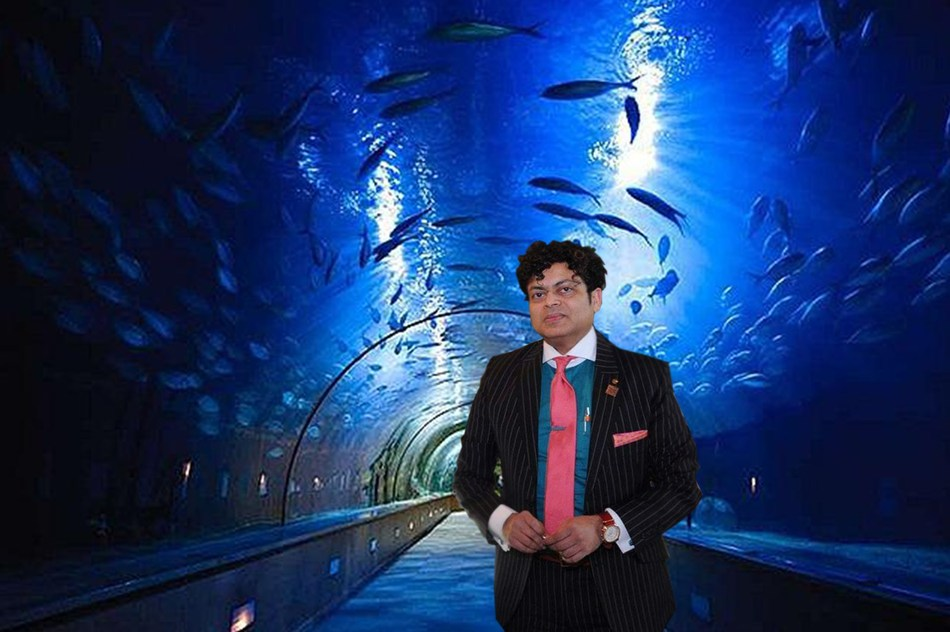 George Jacob, President and CEO, bay.org& inside the 750,000 gallon Aquarium of the Bay Tunnel that holds over 20,000 animals and a hundred species of sea life drawn from the San Francisco Bay. Photo Credit: bay.org/bay ecotarium