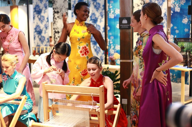 Traditional Chinese Fashion: Qipao pops up at international landmarks