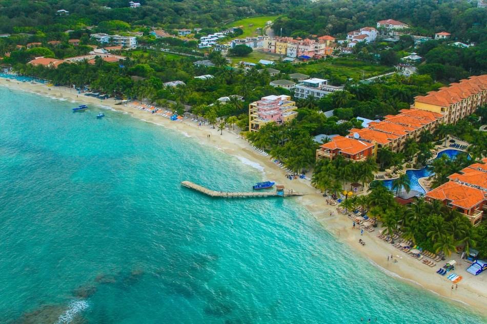 A beautiful beach in Roatán, Honduras.