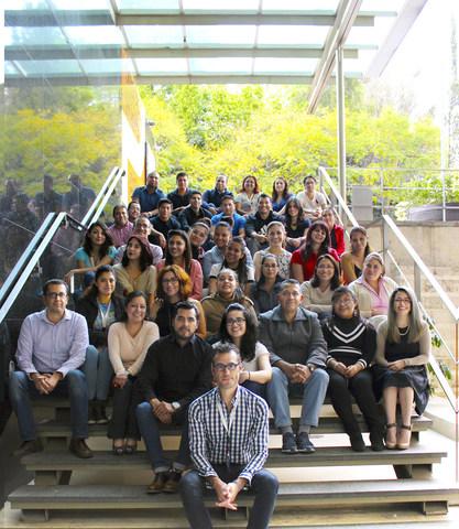 Lisandro Zapararte con el equipo de Marco Marketing Mexico (PRNewsfoto/Marco Marketing)