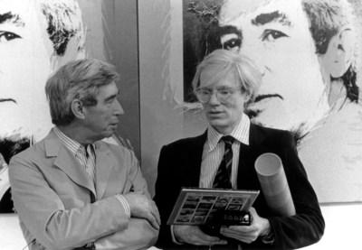 Le 26 mai 1977, le peintre Pop Art Andy Warhol inaugure une exposition de ses œuvres à la Galerie D de Bruxelles. Aux cimaises, les quatre portraits qu'il a réalisés d'Hergé. Le même jour, le père de Tintin lui fera découvrir ses studios. (Groupe CNW/Musée de la Civilisation)
