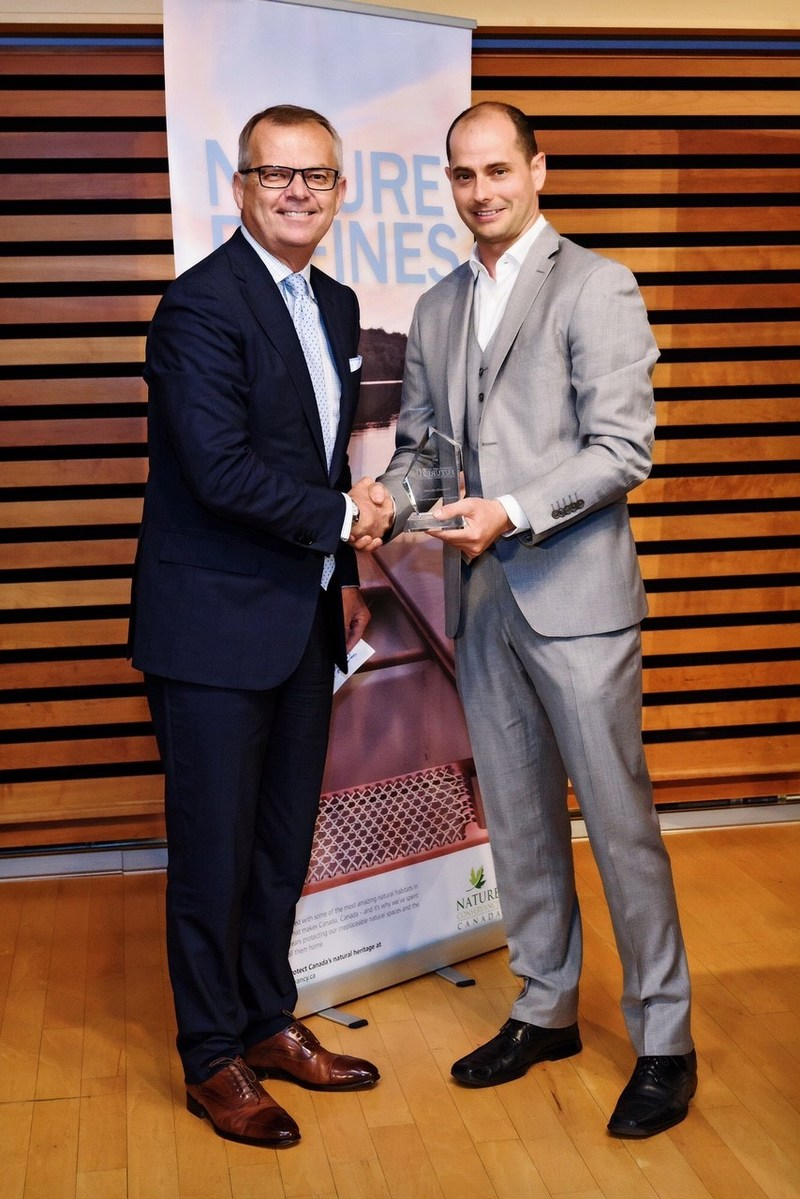 Toronto Hydro President and CEO Anthony Haines (left) was presented with an award from Corporate Knights CEO and co-founder Toby Heaps (right) at an event in Toronto last night. Toronto Hydro was recognized as the top-ranked company on Corporate Knights' fourth annual Future 40 Responsible Corporate Leaders in Canada list. (CNW Group/Toronto Hydro Corporation)