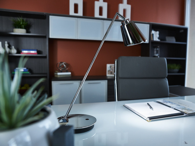 The Amplify desk lamp is part of the new WorkWell by OttLite series - the world's healthiest desk lighting. (CNW Group/OttLite Technologies Inc.)