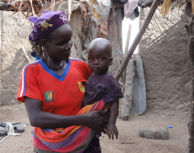 A mother and her child, two beneficiaries of the Leger Foundation's humanitarian aid (CNW Group/L'OEUVRE LEGER)