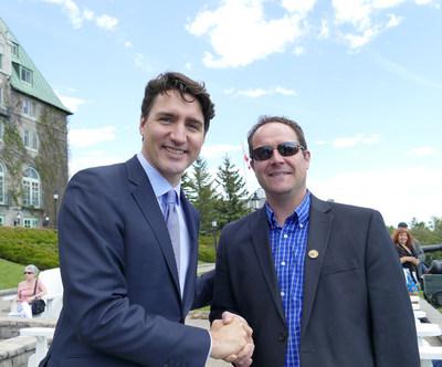 Le premier ministre du Canada, Justin Trudeau, en compagnie du chef de la Première Nation des Innus Essipit, Martin Dufour : les Autochtones seront présents au Sommet du G7. (Groupe CNW/Conseil de la Première Nation des Innus ESSIPIT)