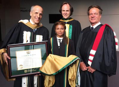 L'Université de Sherbrooke a remis aujourd'hui un doctorat d'honneur à Raif Badawi. Son épouse, Ensaf Haidar, a reçu le titre honorifique en son nom. Elle est ici accompagnée du recteur de l'Université de Sherbrooke le professeur Pierre Cossette, du doyen de la Faculté de droit le professeur Sébastien Lebel-Grenier et du professeur et consultant international Hervé Cassant. (Groupe CNW/Université de Sherbrooke)