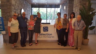 Quelques membres de l'équipe du Sélection Deux-Montagnes se sont rassemblés avec de nouveaux résidents et membres de la grande famille de Réseau Sélection le temps d'une photo. (Groupe CNW/Réseau Sélection)