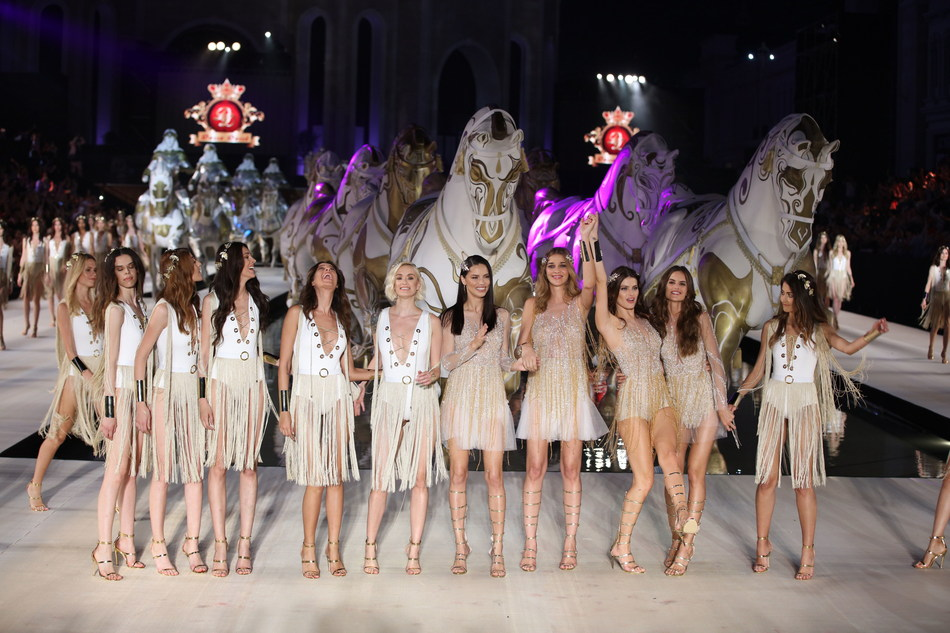 Famous supermodels Adriana Lima, Isabeli Fontana, Izabel Goulart and Ana Beatriz Barros were on catwalk at Dosso Dossi Fashion Show.