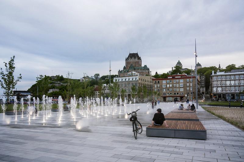 La place des Canotiers, située sur la rue Dalhousie dans le Vieux-Québec, est la principale porte d'entrée maritime à la capitale. (Groupe CNW/Commission de la capitale nationale du Québec (CCNQ))