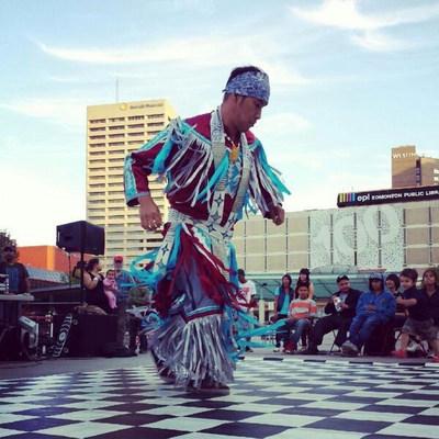 Rythme de la Nation est un spectacle interactif et multiculturel qui jette un regard moderne sur le Canada au moyen de la musique et de la danse. La représentation est centrée sur le disque-jockey (DJ) des Premières Nations, reconnu à l'échelle nationale, Matthew Wood (alias DJ Creeasian) qui fait le remixage des sons d'instruments de diverses cultures. (Groupe CNW/Water's Edge Festivals & Events)