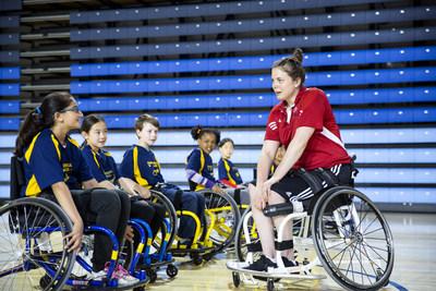 L'athlète de l'équipe nationale Erica Gavel inspire de jeunes joueurs de basketball en fauteuil roulant. Toyota Canada annonce son partenariat avec Basketball en fauteuil roulant Canada comme commanditaire de mobilité officiel et véhicule officiel de l'organisme. (Groupe CNW/Toyota Canada Inc.)