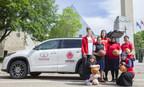 Les athlètes de l'équipe nationale Michelle et Katherine Plouffe rencontrent la nouvelle et talentueuse génération de joueuses canadiennes pour lancer le nouveau partenariat de Toyota Canada comme commanditaire de mobilité officiel et véhicule officiel de Canada Basketball. (Groupe CNW/Toyota Canada Inc.)