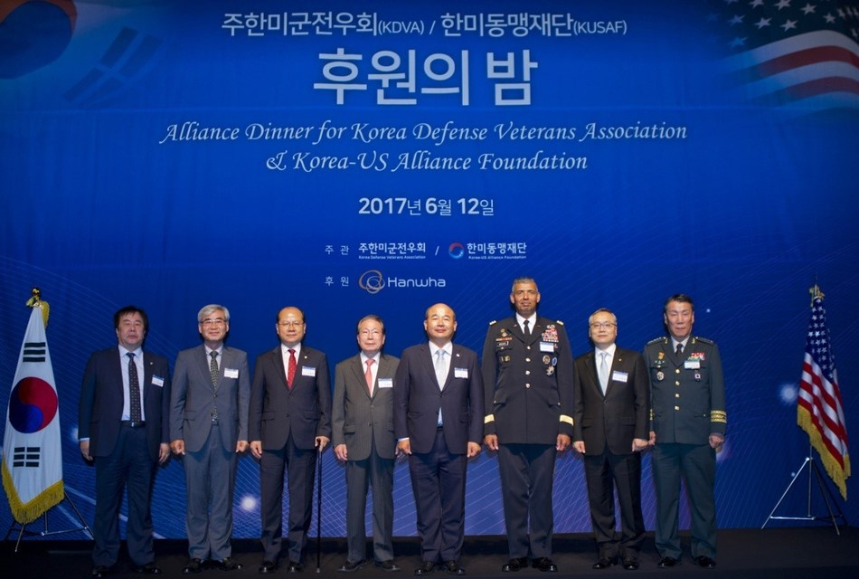 On the night of June 12th, Hanwha hosted a reception for the Korea Defense Veterans Association Korea-U.S. Alliance Foundation at The Plaza Hotel Seoul, and signed an MOU promising a patronage fund worth one million dollars and ongoing support. (Photo: from left to right) SM Group chairman Woo Oh-hyun, The Vice President (ROK) of Korea Defense Veterans Association Kwon Oh-sung, the member of the National Assembly Lee Jong-myeong, the Chair of Korea-US Alliance Foundation Yu Myung-hwan, the President of Korea-US Alliance Foundation Jung Seung-jo, Commander of ROK-U.S. Combined Forces Command Vincent Brooks, the Representative of Hanwha Techwin Hanwha Defense Systems Shin Hyun-woo, the Deputy Commander of the ROK-U.S. Combined Forces Command Gen. Leem Ho-young