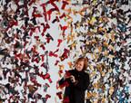 L'artiste plasticienne Carole Simard-Laflamme devant La robe des nations (Groupe CNW/Musée de la civilisation)