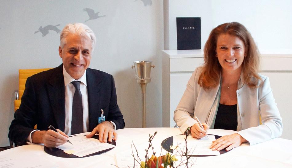 Michel Taride, Group President, Hertz International (left) and Heike Birlenbach, Senior Vice President Sales, Lufthansa Hub Airlines and Chief Commercial Officer (CCO) Hub Frankfurt (right).