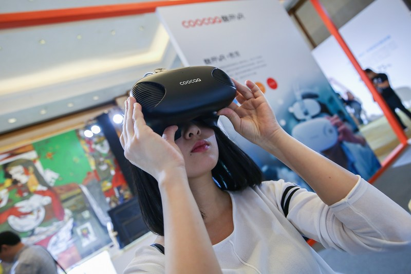 Consumers try out COOCAA's VR equipment