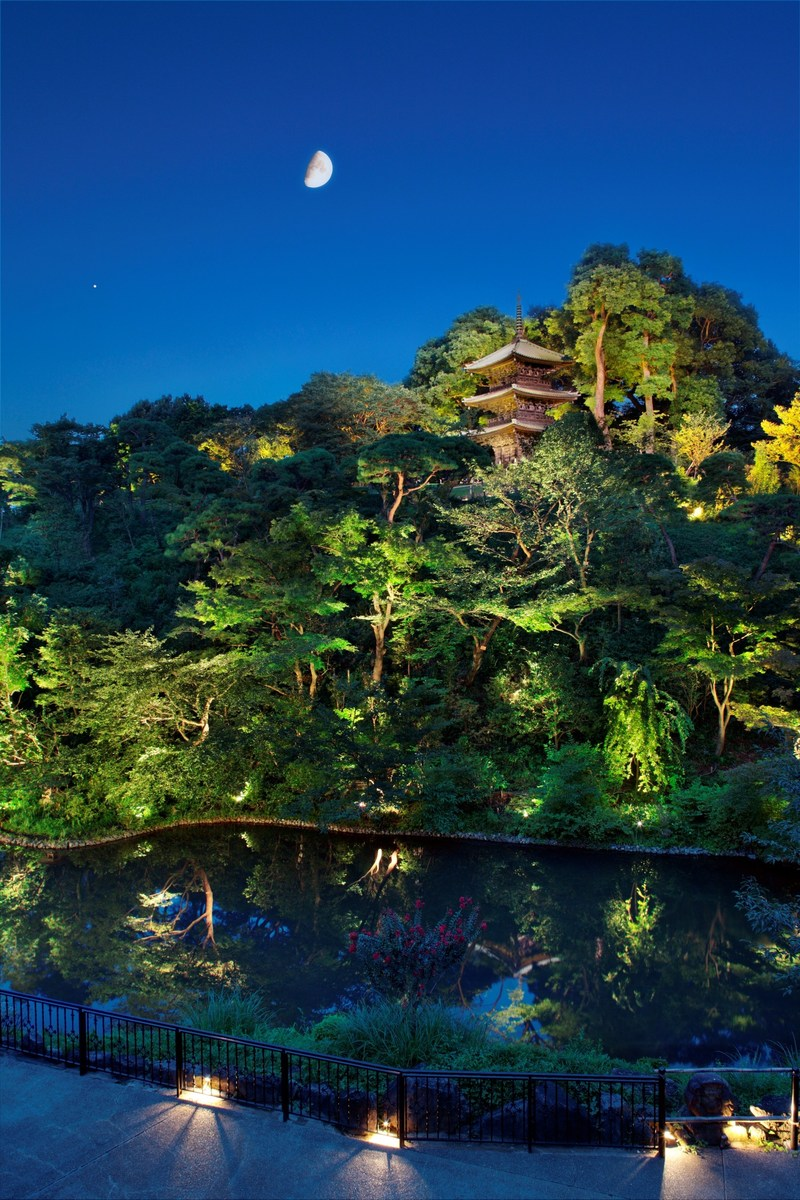 Known for its vast Japanese botanical garden, Hotel Chinzanso Tokyo is the perfect setting for summer staycations in style: an urban oasis and resort where travelers can relax yet still enjoy easy access to all the excitement of Tokyo. The garden is home to 1,000 camellia trees and other botanical species, offering scenic seasonal beauty in the middle of Tokyo, including cherry blossoms in the spring, dancing fireflies in summer, amazing autumn foliage and camellias blooming in snow.