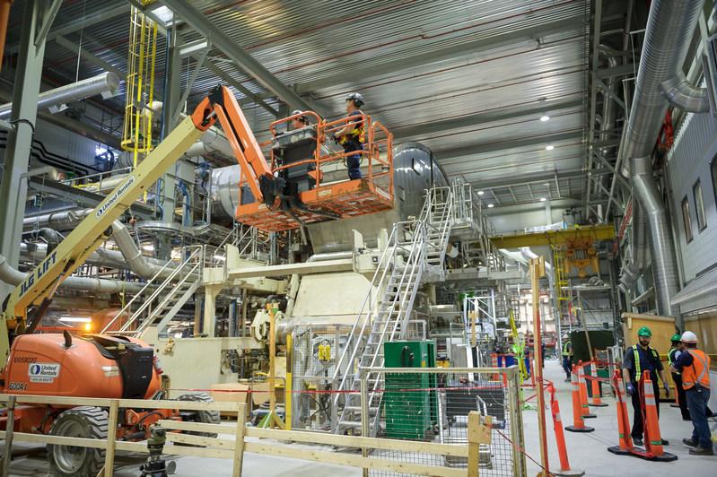 Le chantier de construction de la nouvelle machine à papier no. 8 à l'usine Produits Kruger de Crabtree. Crédit photo : Éric Massicotte / Kruger inc. (Groupe CNW/Kruger Inc.)