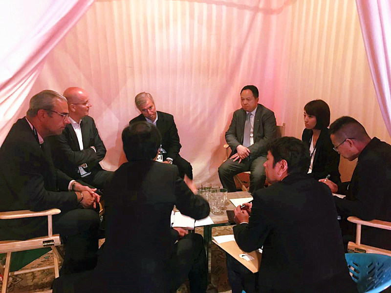 Vincent Rousset-Rouviere, president, and Gerard de Fleurieu, vice president of passenger car and light truck original equipment at Michelin, with Yu Jun and other staff from GAC Motor having a discussion at the Movin'On summit