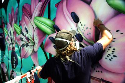 Dans le cadre du partenariat de Sonnet Assurance avec le Festival MURAL de Montréal, le célèbre artiste INSA crée une murale exceptionnelle inspirée par l'optimisme. Sonnet, la seule compagnie d'assurance entièrement en ligne au Canada, collabore avec INSA dans la production de son fameux « Gif-iti » (GIF-graffiti). Une fois achevée, l'œuvre murale prendra vie grâce à l'application de réalité augmentée INSA's GIF-ITI VIEWER. (Groupe CNW/Sonnet Insurance Company)
