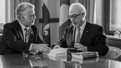 Le premier ministre, Philippe Couillard, en compagnie du ministre des Finances, Carlos Leitão, en rencontre à l'occasion du dépôt du budget 2017-2018 du Gouvernement du Québec (Groupe CNW/Cabinet du premier ministre)