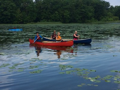 La ministre Catherine McKenna et la première ministre Kathleen Wynne pagayant au parc urbain national de la Rouge à Toronto.  Elles sont accompagnées de Trevor Hesselink et Dave Pearce de la Wildlands League de la SNAP. (Groupe CNW/Parcs Canada)