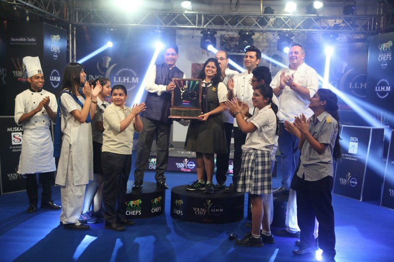 Dr Suborno Bose Chairman IIHM Hotel School hands over the trophy to Winner Trisha Reddy (PRNewsfoto/IIHM)