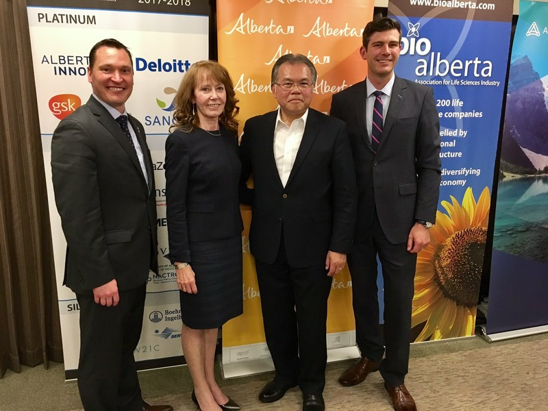 The names from left to right are: Deron Bilous, Minister of Economic Development and Trade, Alberta; Pamela Fralick, President, Innovative Medicines Canada; Mel Wong, President & CEO, BioAlberta; Don Iveson, Mayor of Edmonton (CNW Group/Innovative Medicines Canada)