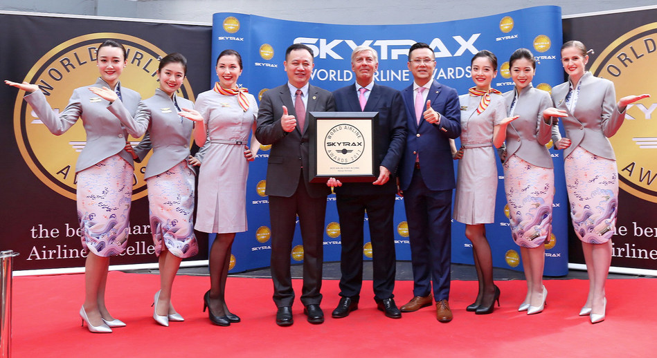 SKYTRAX Chairman Edward Plaisted confered a Trophy to Hainan Airlines President Sun Jianfeng